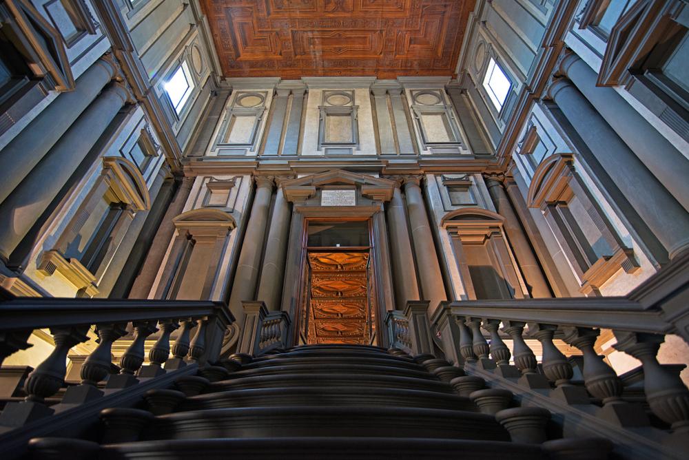 Blik op de trap van de vestibule van de Biblioteca Laurenziana in San Lorenzo, Florence